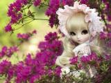 花丛中的可爱娃娃